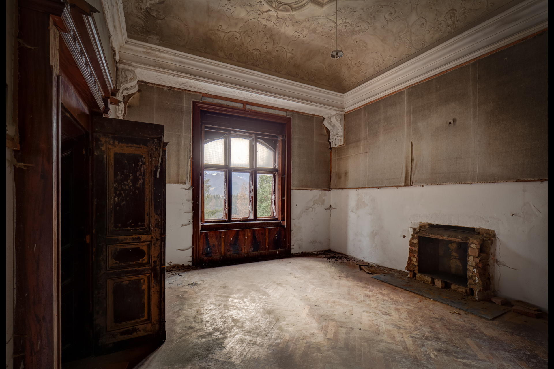 Urban Exploration - Villa Visage - Cold Winter