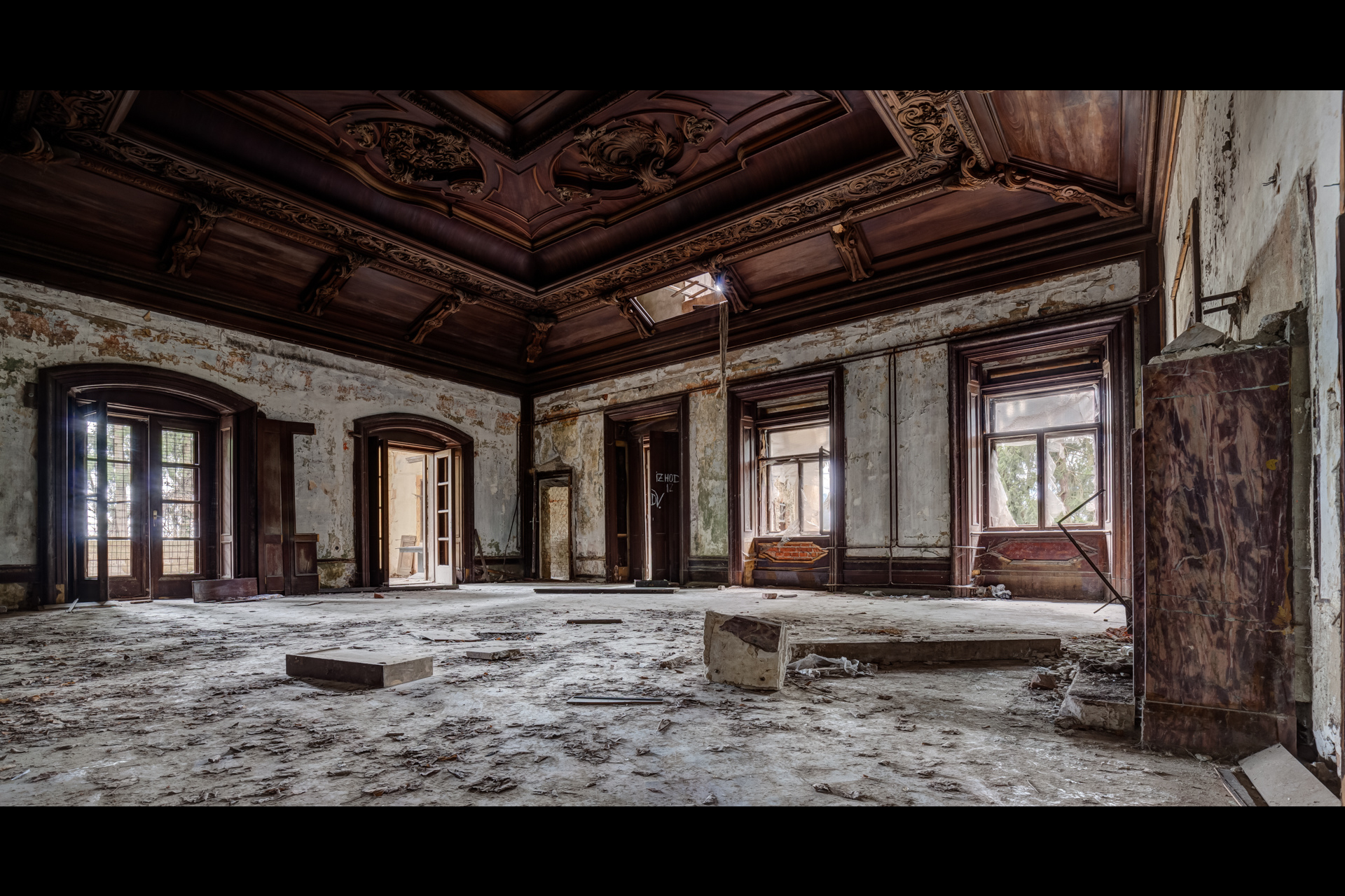 Urban Exploration - Villa Visage - Past Pomposity