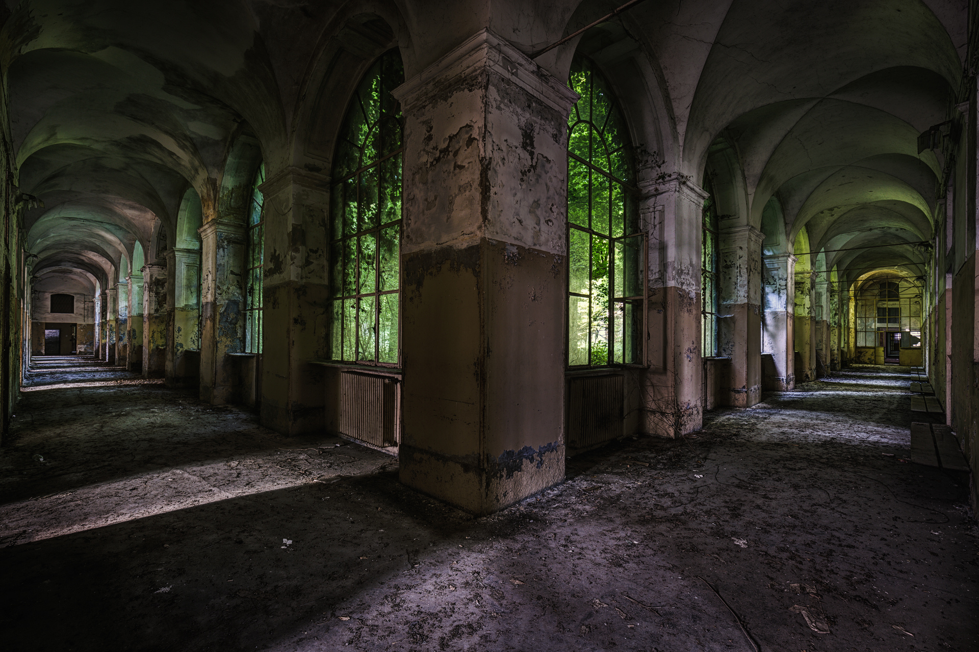 Urban Exploration - Manicomio Dr. Rossetti - Green Symmetry
